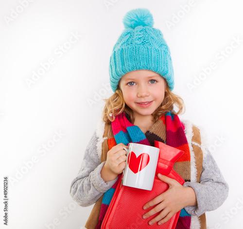 kind mit tasse und wärmflasche