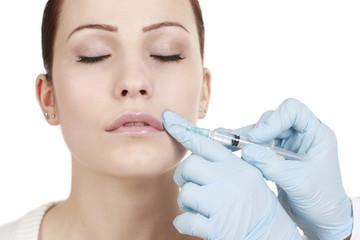 Frau bekommt Spritze gegen Falten - Nasolabialfalte