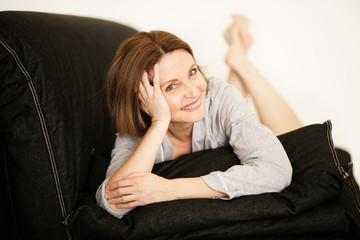 Frau zuhause auf der Couch