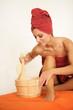 Frau macht Saunagang