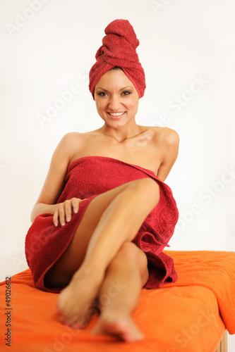 Frau auf Massageliege