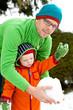 Vater und Sohn im Schnee