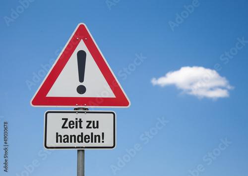 Achtung-Schild mit Wolke ZEIT ZU HANDELN