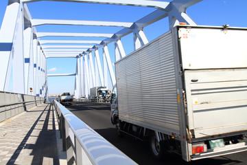 ゲートブリッジを走行する貨物トラック