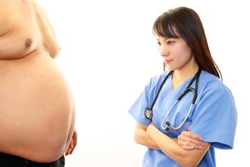 肥満男性を心配する女医
