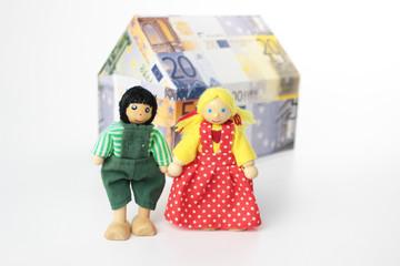 Ehepaar mit Haus aus Geld