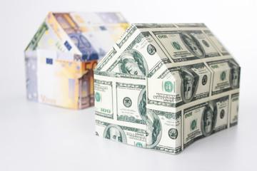 Häuser aus Geldscheinen