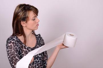 frau mit wc papier