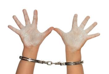 Manos blancas de niño esposadas