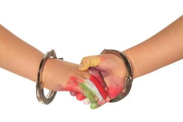 Apretón de manos entre niños esposados