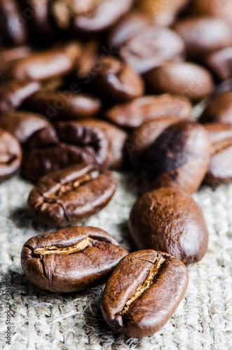 ziarna-kawy-w-bielizna-serwetka-z-bliska