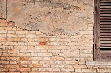 vecchio muro con intonaco sgretolato