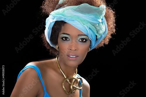 Hübsche afrikanische Frau aus Äthiopien in Türkis