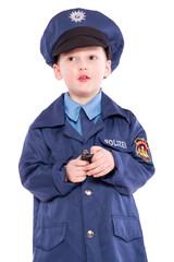 Polizist beim nachdenken und schreiben
