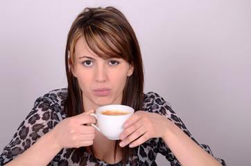 junge frau trinkt einen cafe