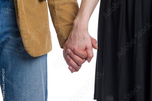 Mann hält die Hand der Frau