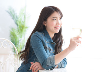 ワインを飲む若い女性