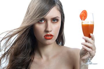 Chica guapa con vaso Gazpacho.