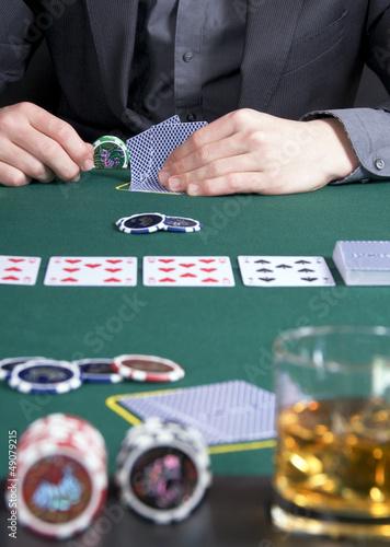 Poker – Spieler an Pokertisch