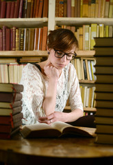 junge Frau liest Bücher