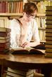 Leserin in Buchladen