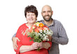 Sohn schenkt Mutter Blumen