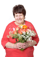 Lachende Seniorin hält Blumenstrauß