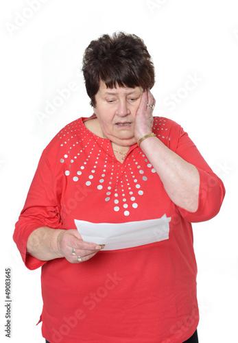 Erschrockene Seniorin liest Schreiben