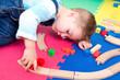 kleiner Junge spielt mit Holzzug