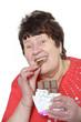 Seniorin isst Schokolade