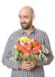 Glücklicher Mann hält Blumenstrauß