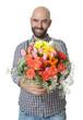 Lächelnder Mann überreicht Blumen
