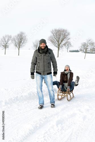 Lachendes Paar im Schnee