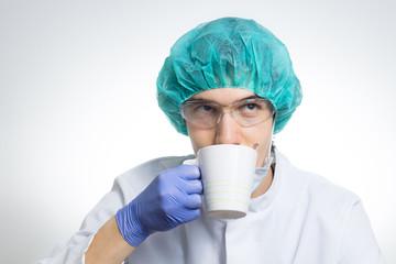 Wissenschaftler trinkt aus einer Tasse