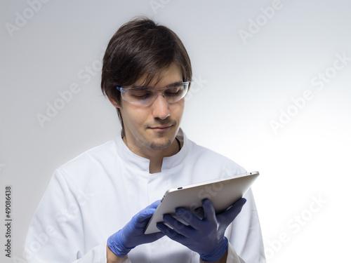Junger Forscher verwendet Tablet PC