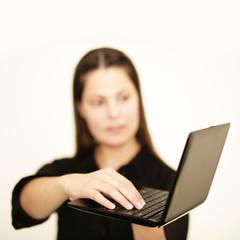 Frau schreibt eine Email