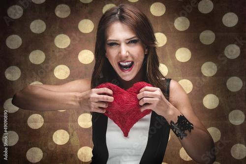 Energische Frau zerreißt ein Herz