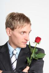 Mann mit roter Rose im Anzug