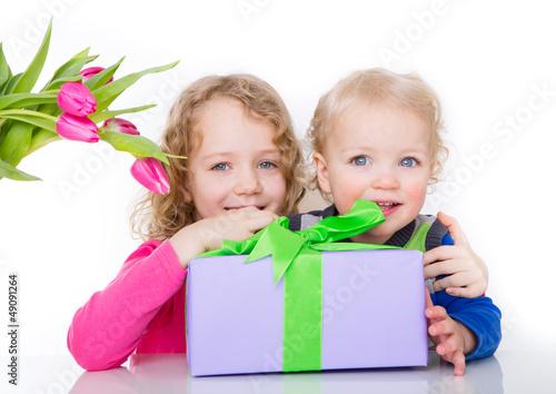 kinder mit geschenk und tulpen