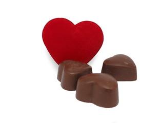 Три шоколадные конфеты в форме сердца и бархатное сердце