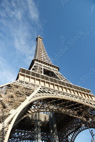 widok-na-wieze-eiffla-paryz-francja