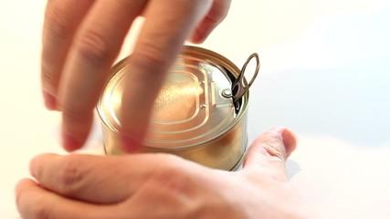 Hombre abriendo lata de atun en aceite de oliva