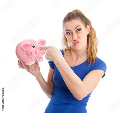 Ungeliebtes Sparschwein - Frau mit Grimasse und Spardose