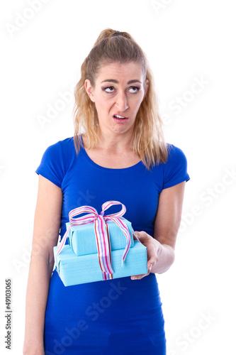 Enttäuschte Frau mit Geschenk in der Hand