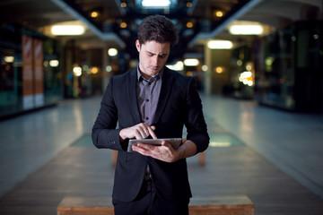 Homme utilisant une tablette tactile