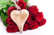 roter Rosenstrauß mit Holzherz