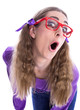 Freches Mädchen mit Brille isoliert