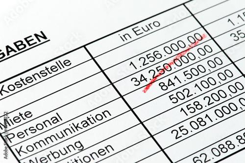Zahlen einer Statistik mit Rotstift. Deutsch.