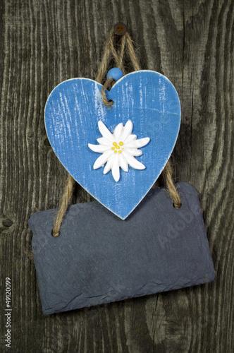 Blaues Holzherz mit Schiefertafel auf Holz