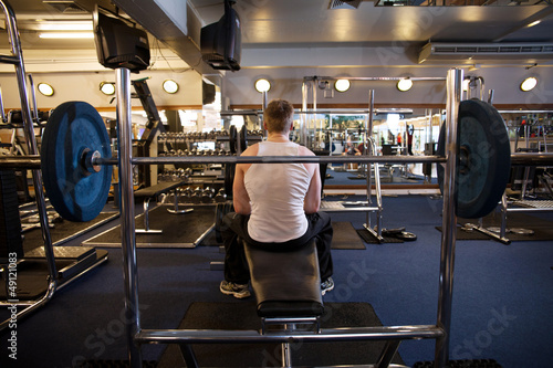 homme assis de dos sur un banc de musculation de davidolkarny photo libre de droits 49121083. Black Bedroom Furniture Sets. Home Design Ideas